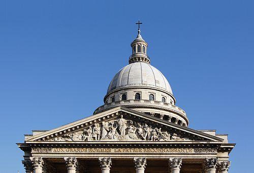 Les chapiteaux du portique, le fronton, le dôme et le lanterneau du Panthéon à Paris.
