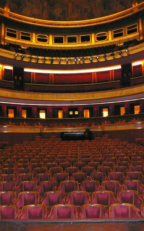 La salle du théâtre des Champs Elysées, juste après le récital de J Gréco