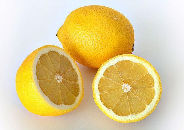 Carl Marletti prépare sa tarte avec du zeste de citron frais !