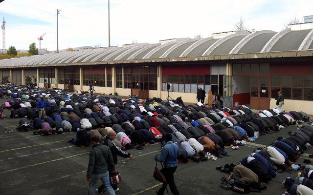 Prière sur le parking de la nouvelle mosquée dans le 18ème