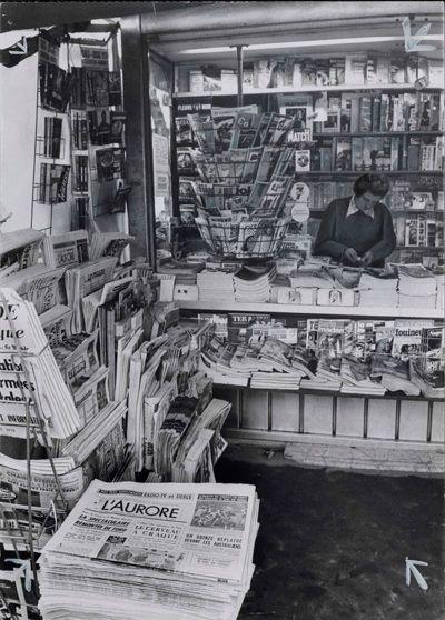 Photographie d'un kiosque à journaux, vers 1950