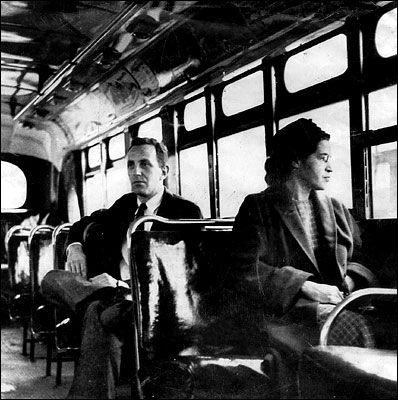 Rosa Parks assise dans un bus de Montgomery