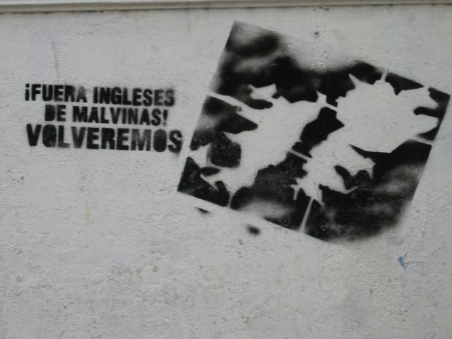 """Graffiti sur un mur de Buenos Aires """"Hors des Malouines les Anglais ! Nous reviendrons !"""""""