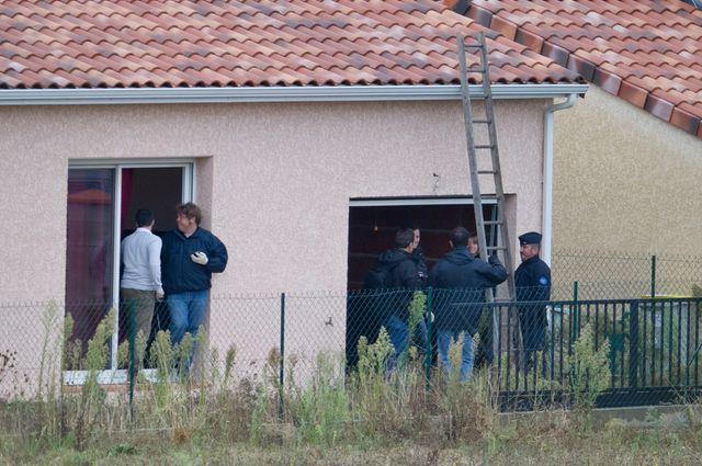 Les policiers fouillent la maison d'Abdelkader Merah