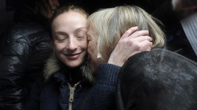 Florence Cassez, avec sa mère, à son arrivée à l'aéroport de Roissy.