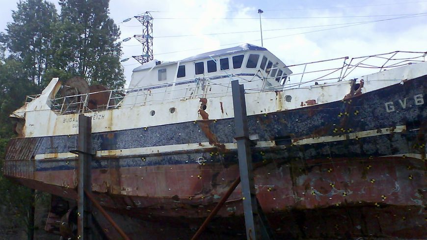 Le Bugaled Breizh dans le port militaire de Brest