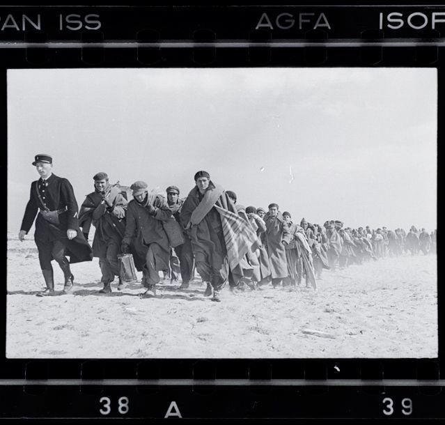 Robert Capa, Exilés républicains emmenés vers un camp d'internement Le Barcarès, 1939