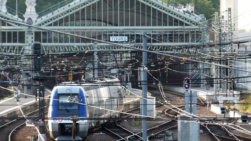 Un TER Centre en gare de Tours
