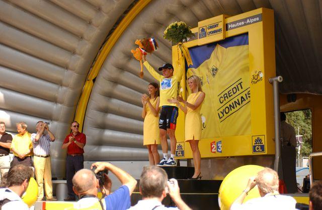 Lance Amstrong sur un podium, 2003
