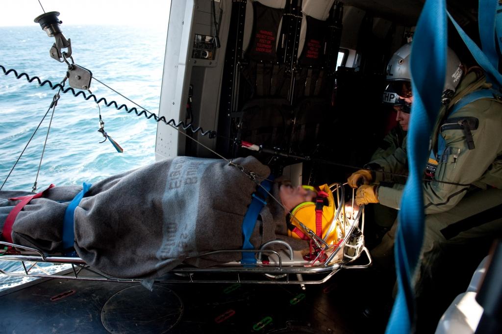 [VIDEO] Un skipper tombé à l'eau secouru grâce à des manœuvres militaires