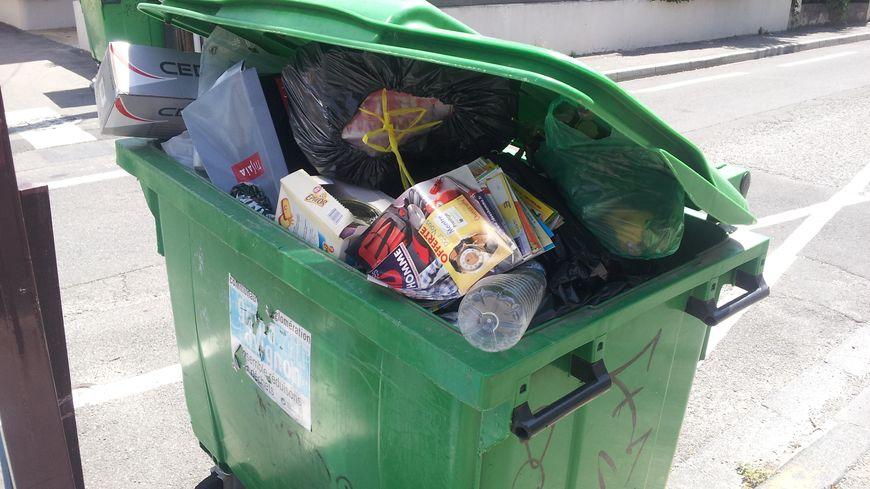 Des poubelles qui débordent (illustration)