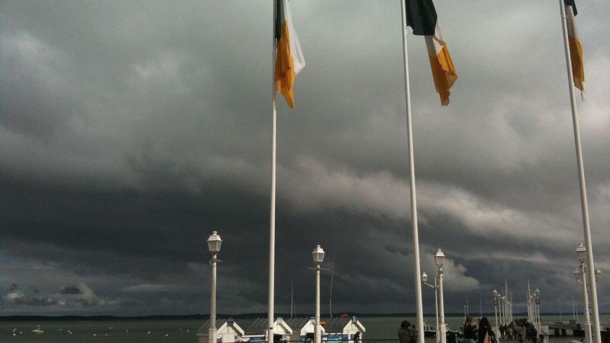 Un ciel menaçant sur la jetée Thiers à Arcachon