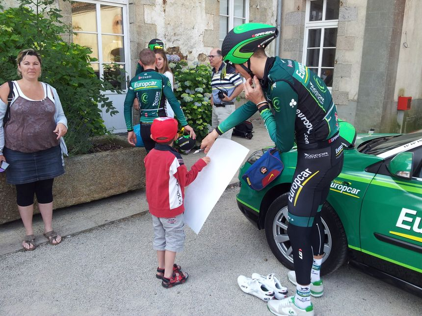 Pierre Rolland, le leader du Team Europcar signe des autographes - Edouard Marguier - Radio France