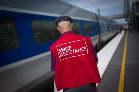Des « gilets rouges » doivent également être mobilisés en nombre pour « aller au contact des clients » dans les gares - Maxppp