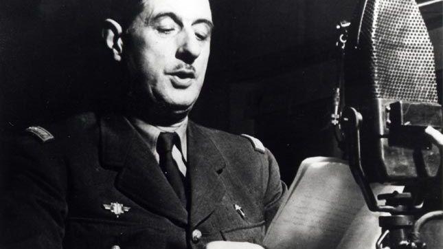 Charles de Gaulle dans un studio de la BBC en 1941.