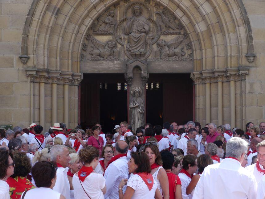 Les festayres à la sortie de la messe des bandas - Radio France