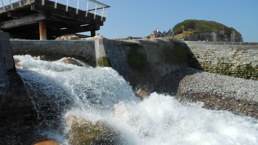 Veules les Roses - le fleuve se jette dans la mer après les cascades