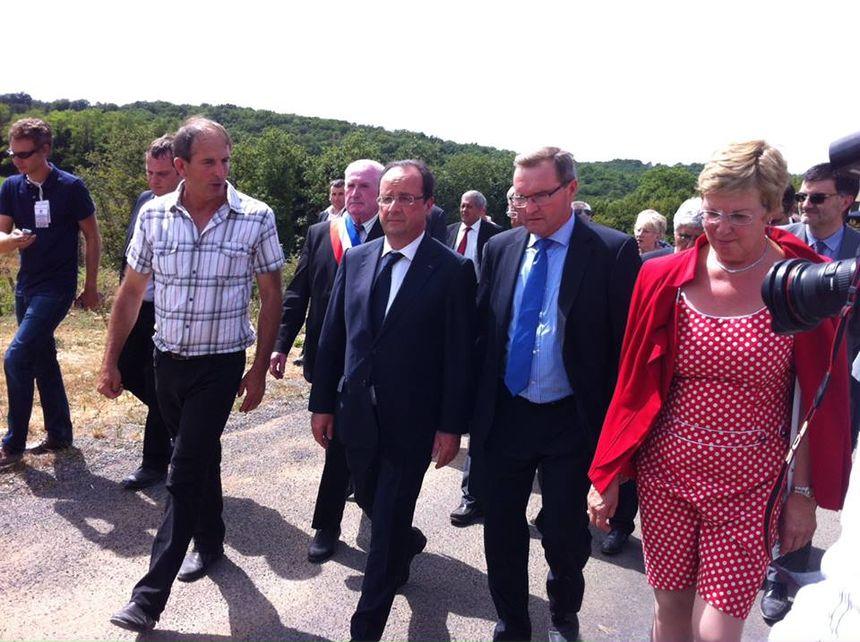 François Hollande en Périgord avec Colette Langlade (à droite) et Germinal Peiro (au centre) - Radio France