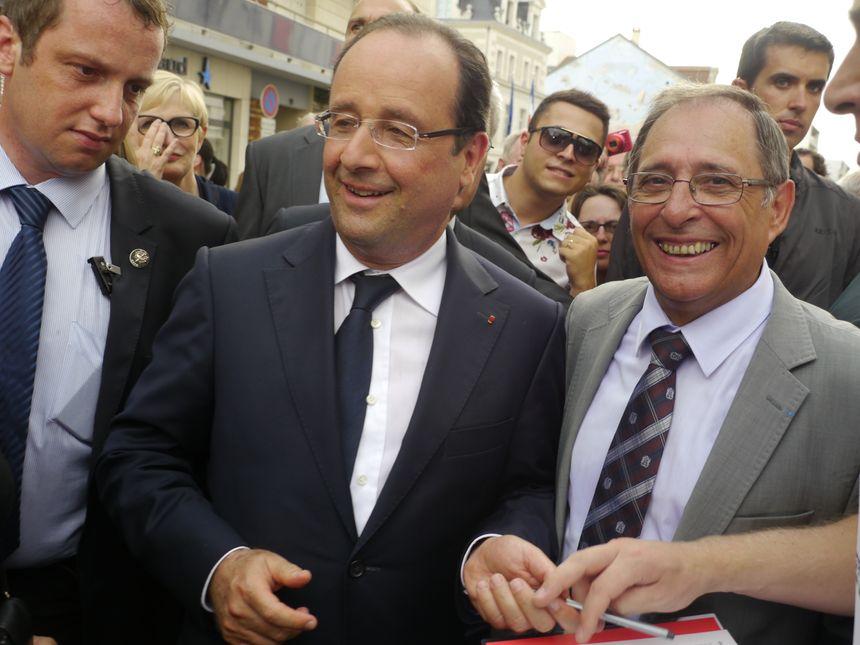 François Hollande dans les rues de Périgueux (ici avec Michel Moyrand) - Radio France