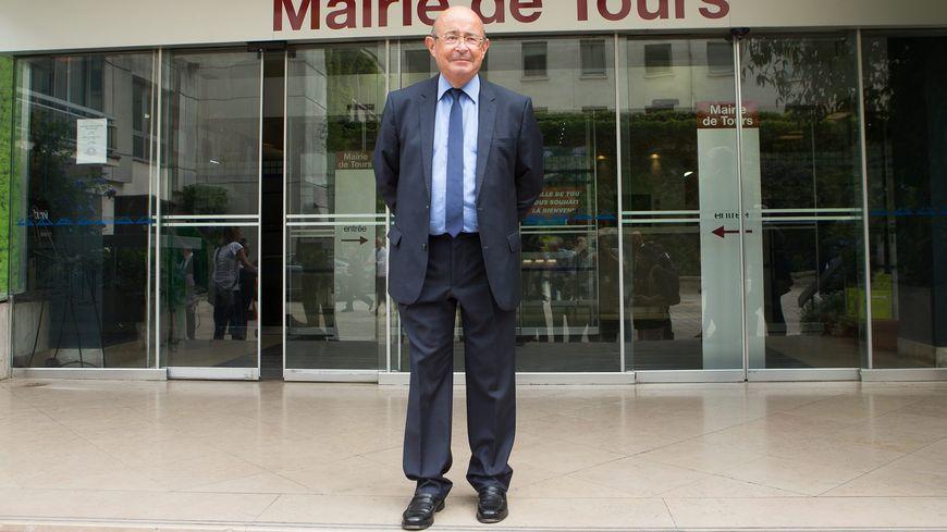 Jean Germain à l'entrée de l'Hôtel de ville de Tours.