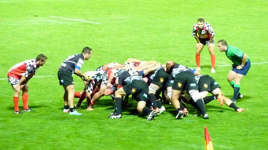 Une mêlée lors du derby entre le ROC et Romans dans la Drôme.