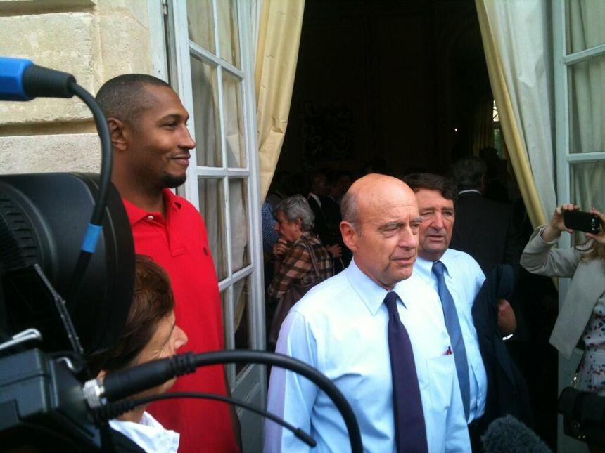 Boris Diaw reçu par Alain Juppé à l'hôtel de ville de Bordeaux après le titre de champion d'Europe en septembre dernier. - Radio France