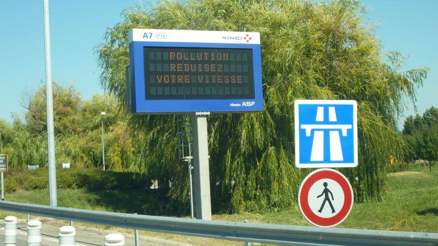Clone of Un panneau annonce un pic de pollution dans la vallée du Rhône