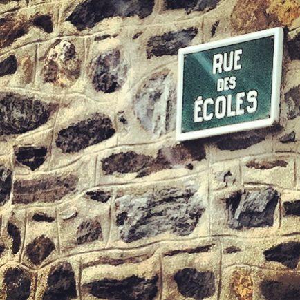 Rue des écoles à Plédran. A droite  l'école privée, à gauche l'école publique. - Radio France