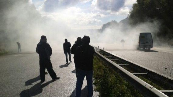 Les gendarmes mobiles ont riposté à des jets d'oeufs, tomates et cartons enflammés par des tirs de grenades lacrymogènes