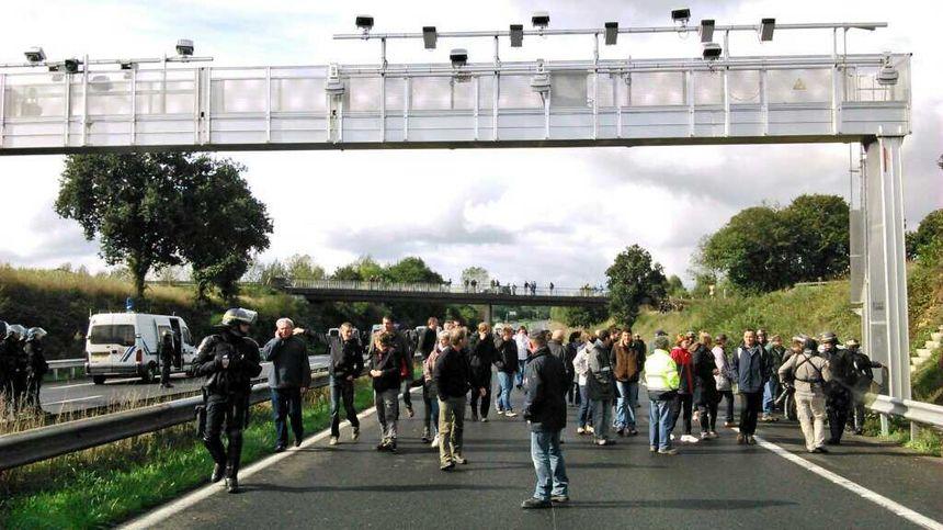 A Lanrodec, les manifestants sont symboliquement passés sous le portique au moment de la dispersion - Radio France