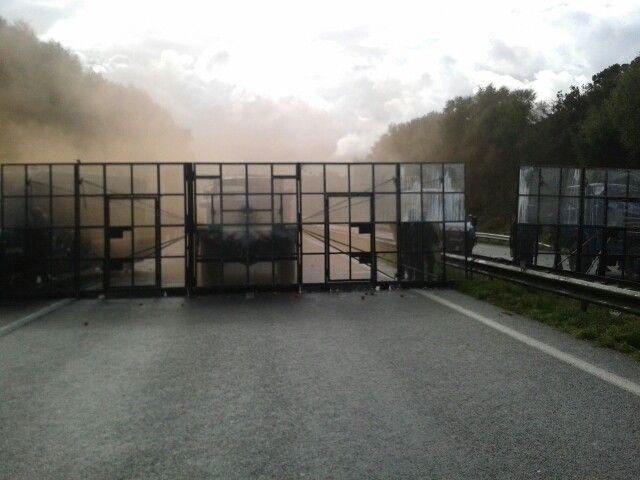 Des barrières anti-émeutes avaient été installées sur la RN 165 à Pont-de-Buis - Radio France