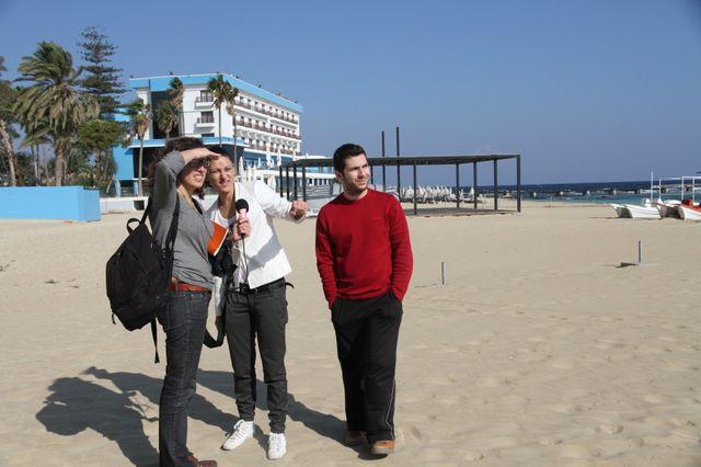 """Interview de Yiannis et Ceren sur la plage, avec Caroline Gillet, pour """"I like europe"""" en direct de Nicosie"""