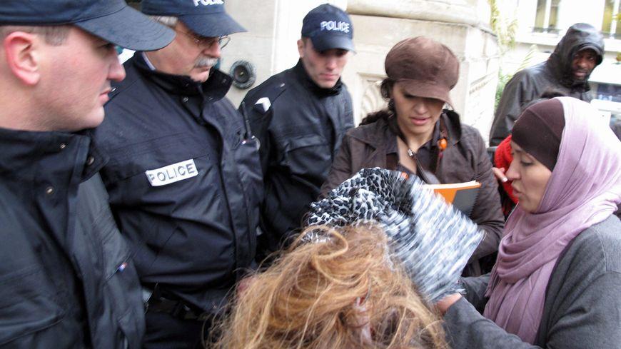Baby-Loup : la salariée licenciée Fatima Afif à son arrivée aux prud'hommes, en 2010