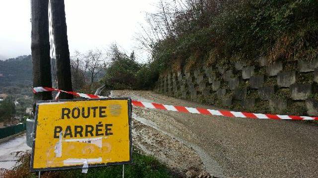 De nombreuses routes ont été coupées dans les Alpes-Maritimes après des éboulements et glissements de terrain, comme ici, à Drap