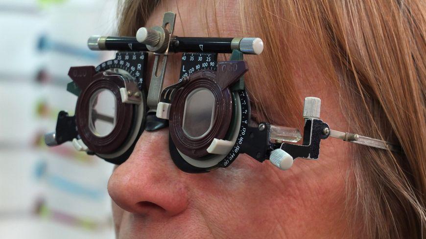 Une consultation chez un ophtalmologiste - image d'illustration.