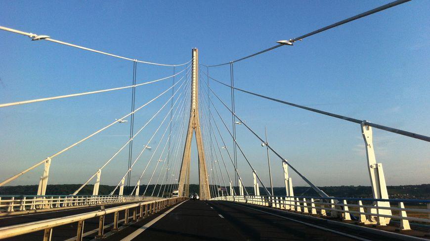 Le pont de Normandie bloqué par les éleveurs haut-normands en colère