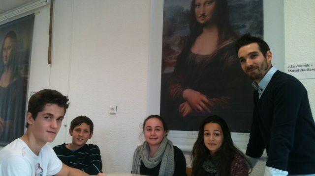 Jeanne, Hermine, Bastien, Kévin et Christophe Papy, leur professeur d'arts plastiques.