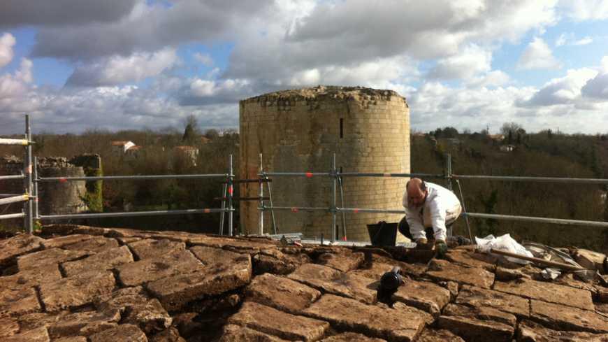 Les archéologues fouillent le sommet de la tour du Moulin