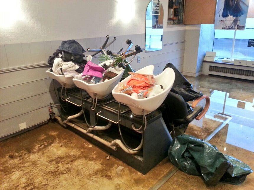 Les dégâts dans le salon de coiffure situé sur les quais de Plancoët - Radio France