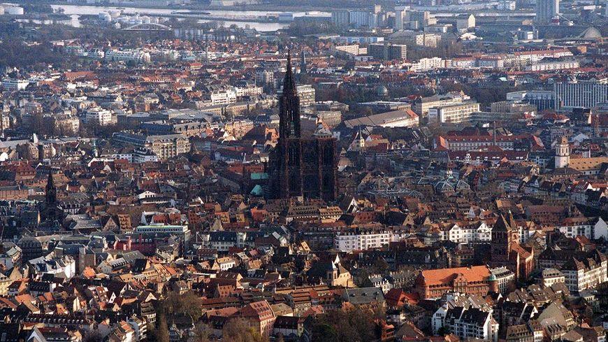Vue aérienne de Strasbourg avec la cholie cathédrale