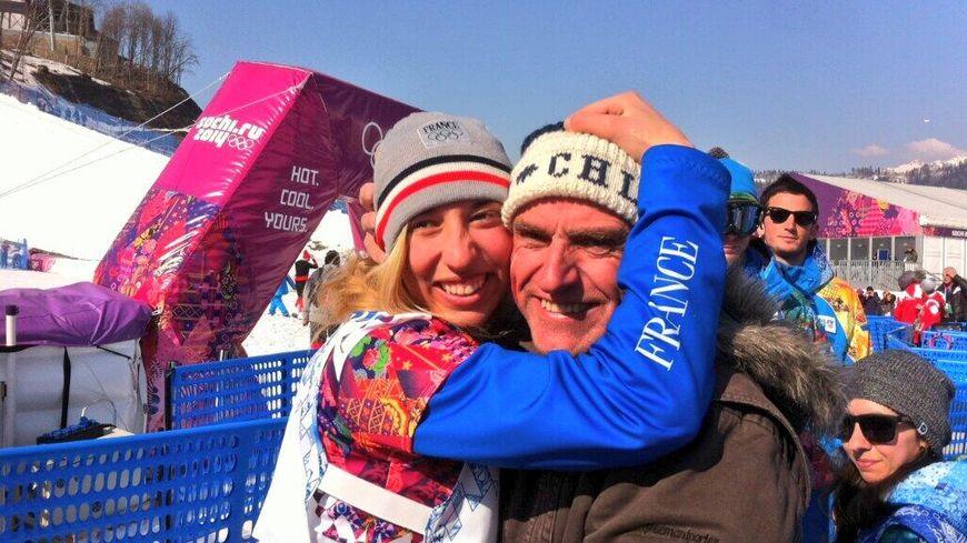 Chloé Trespeuch célèbre sa médaille de bronze avec son père - Snowboard cross, Sochi