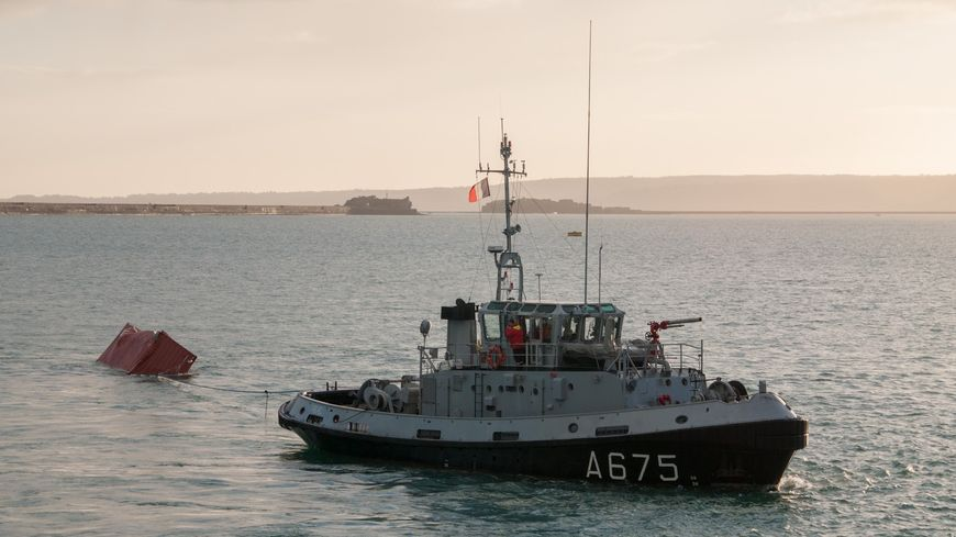 L'Abeille Liberté a récupéré un conteneur au large du Cap de la Hague
