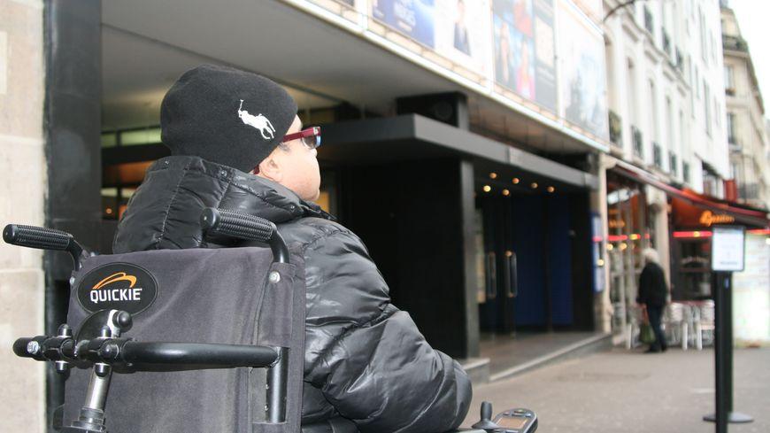 De nombreuses salles de cinéma, par exemple, ne sont pas accessibles à Paris
