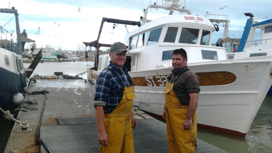 Des pêcheurs sur le port du Grau du Roi