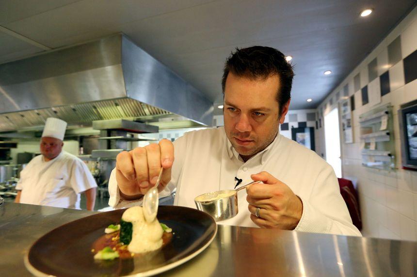 """Arnaud Lallement dans ses cuisines à """"L'Assiette Champenoise"""" - Jean Baptiste Quentin - MaxPPP"""