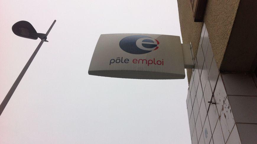 Devant une agence pôle emploi en Drôme Ardèche . // ne changez pas ce titre.