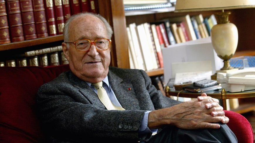 Alain Decaux - Nécrologie - devant une bibliothèque