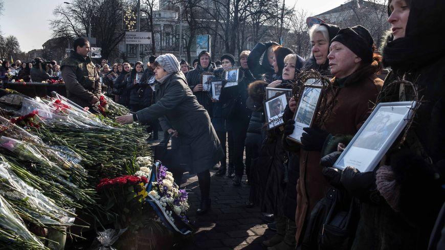 Les Ukrainiens pro-européens rendent hommage à leurs héros à Kiev le 26 février