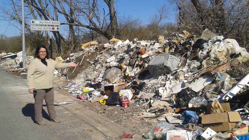 Pascale Cadorel est exaspérée par le tas de déchets qui ne cesse de grossir sur ce terrain de l'avenue du Docteur-Schinazi.