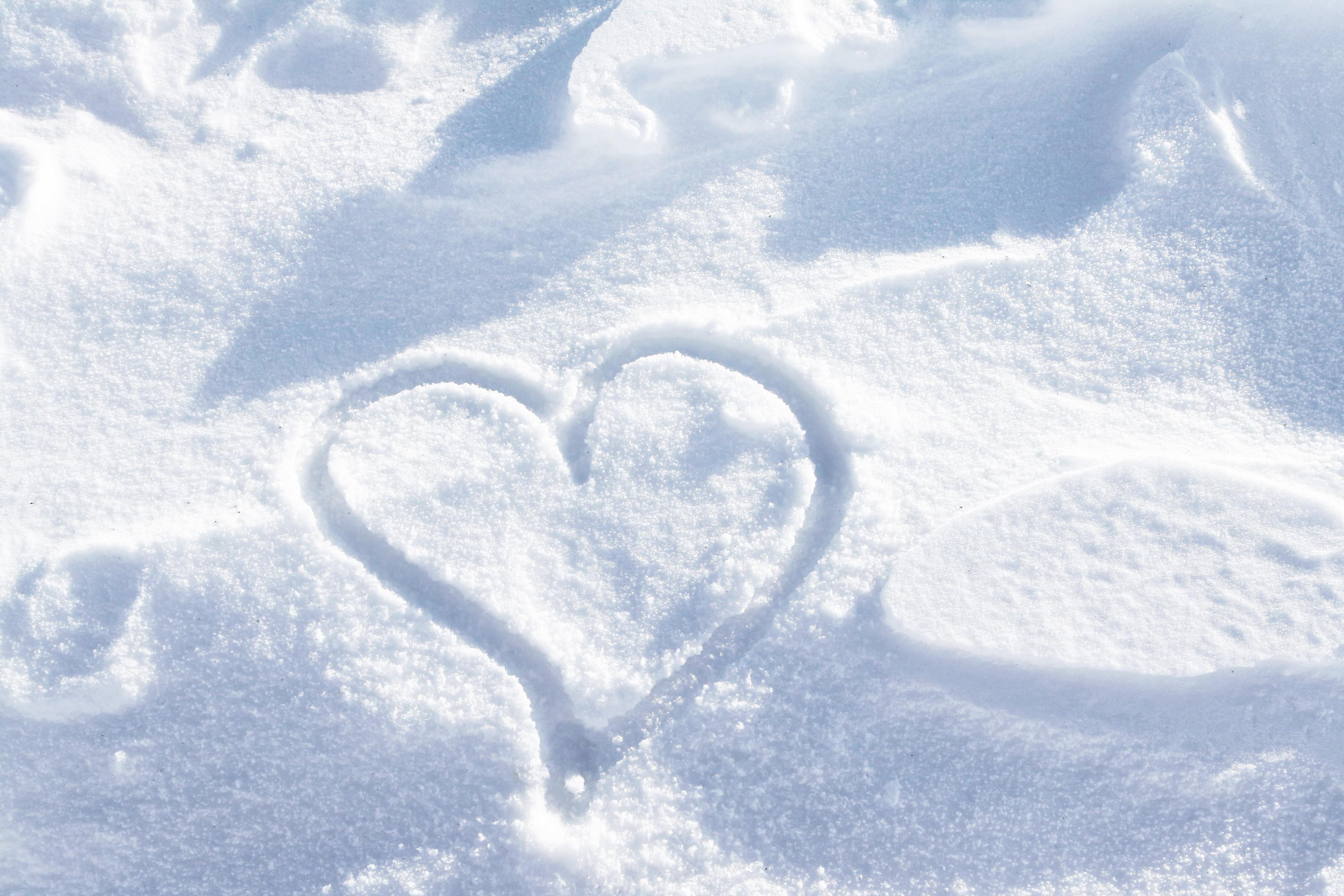Coeur dessiné dans la neige - Saint-Valentin